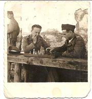Photo Originale , Soldats Jouant Aux échecs , Dim. 5,5 X 6.0 Cm - Deportes
