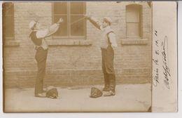 CARTE PHOTO : ESCRIME - PRESENTATION DES ARMES - COMBAT DE JEUNES HOMMES - ECRITE PARIS 1908 - 2 SCANS - - Escrime