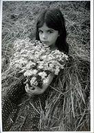 Fillette Au Bouquet De Marguerites - Portraits