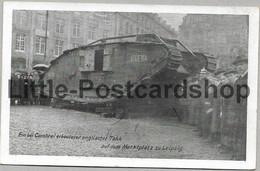 Foto AK Ein Bei Cambrai Erbeuteter Englischer Tank Auf Dem Marktplatz Zu Leipzig Ca. 1918 Hyena - Guerra 1914-18