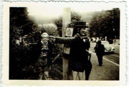 Foto/ Photo. Humour. Titisee. Enfant Et Statue En Bois. - Lieux
