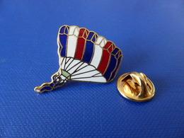 Pin's Parachutisme - Parachute Police ? Militaire ? Tricolore (PF70) - Parachutting