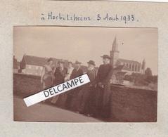 HERBITZHEIM 1933 - Photo Originale D'un Groupe Avec La Perspective Sur L'Eglise, Un Curé ( Bas Rhin ) - Places
