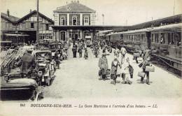 62 La Gare Du Chemin De Fer Arrivée D'un Bateau La Douane Et Train - Boulogne Sur Mer