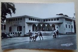 """A.E.F (Brazzaville) Les Bureaux D'Air-France - Librairie """" Au Messager """" N°5 - Editeur Hoa-Qui - Congo Français - Autres"""