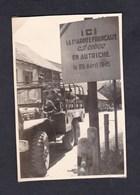 Photo Originale Militaria Guerre 39-45 Panneau 1ère Armee Francaise Entree En Autriche Camion Militaire - Guerre, Militaire