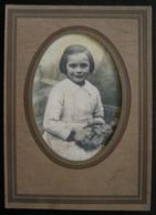 PHOTO ANCIENNE - PORTRAIT DE PETITE FILLE ET SON JOUET - Années 40/50 - Personnes Anonymes