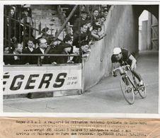 (1) Photo Presse Originale  Roger Piel  Remporte Le Criterium National Cycliste 1944 Arrivée Velodrome Parc Des Princes - Ciclismo