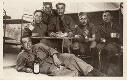 DA250 Carte Postale Photo Vintage RPPC Militaire Soldat Chambre Bouteille Déjeuner - Guerre, Militaire