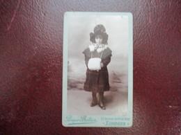 CDV PETITE FILLE CHAPEAU MANCHON FOURRURE  PHOTOGRAPHE PROSPER BATIER LIMOGES - Cartes De Visite