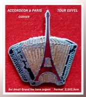 SUPER PIN'S ACCORDEON : MUSETTE à PARIS, Visuel TOUR EIFFEL Signé CORNER, émaillé Grand Feu Argent, Format 2,5X2,9cm - Music