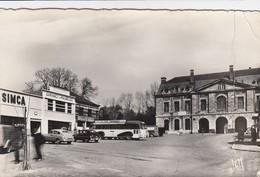 """MAUBEUGE.PLACE DE LA GRISOELLE PORTE DE MONS. AUTOCAR AVEC PUB """"Le BEL HABILLEMENT FERNANDE"""". SIMCA. FORD. VEDETTE / 72 - Maubeuge"""