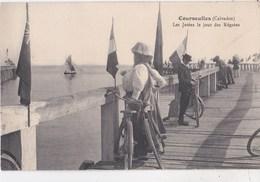 Carte Postale : Courseulles Sur Mer (14)  Les Jetées Le Jour Des Régates  Ed  ? - Courseulles-sur-Mer