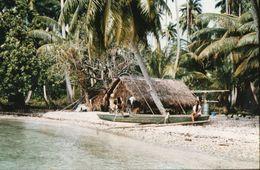 712Ma  Tahiti Grande Photo Originale (27cm X 17cm) Habitation Fare Et Pirogue En Bord De Plage - Tahiti