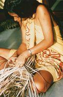 712Ma  Tahiti Grande Photo Originale (27cm X 17cm) Jeune Femme Tahitienne Tressant Un Panier - Tahiti