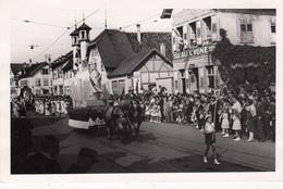 SCHILRIGHEIM 1950 Cortège Du Messti Devant La MAISON ROUGE - Lugares