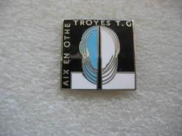 Pin's Troyes-TG Et Aix En Othe, Deux Clubs Partenaires Pour La Pratique De L'escrime - Fencing