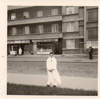 Communiant Devant Boucherie , Epicerie - Places