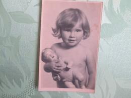 Carte Photo , Petite Fille Et Sa Poupee - Enfants