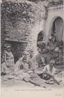Bn - Cpa Afrique Du Nord - Femme Moulant Le Blé Et Femme Filant La Laine (seins Nus) - Afrika