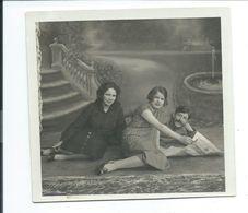Ancienne PHOTO 12,5 X 11,5 Cm De 1930.. Deux FEMMES Et Un HOMME à La Lecture Du JOURNAL - Pin-Ups