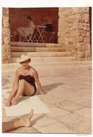 REAL PHOTO Ancienne, Swimsuit Hat Woman On Beach, Femme En Maillot De Bain Sur Plage, ORIGINAL - Non Classés