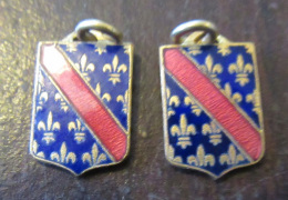 2 Petits Insignes De Ville à Identifier (bande Rouge Sur Fleurs De Lys) - Ecusson, Blason, Armoiries - Emaillés - TBE - Insignes & Rubans
