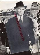 RARE PHOTO ORIGINALE YUL BRUNNER- ARRIVEE AIR FRANCE PARIS - CINEMA -MOVIES STARS - Célébrités