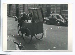 CPM Photographie Robert Doisneau Kiss Couple Serveuse Triporteur 4 Cv Voyagée 2000 Ed Fotofolio  Bordures à Voir Au Scan - Photographie