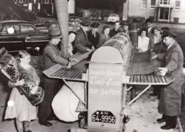 Allemagne Francfort Aspirateur De Tapis Ambulant Metiers Ancienne Photo De Presse 1954 - Professions