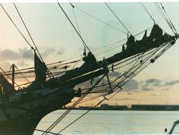 712Ma  Tahiti Grande Photo Originale (24cm X 17.5cm) Proue D'un Voilier Dans Le Port - Tahiti