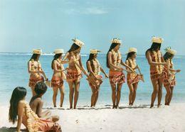 712Ma  Tahiti Grande Photo Originale (30cm X 23cm) Années 70 Vahinées Danse Des Pagaies Sur Plage - Tahiti