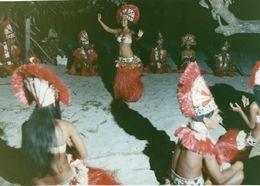 712Ma  Tahiti Grande Photo Originale (30cm X 20cm) Années 70 Vahinées Danse La Nuit (N°3) - Tahiti