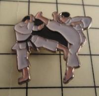 PIN713a Pin's Pins / De Belle Qualité Et Rare : SPORTS : JUDO KARATE BAGARRE EN PYJAMA - Judo