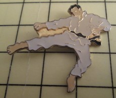 PIN713b Pin's Pins / De Belle Qualité Et Rare : SPORTS : KARATE Grand Pin's BAGARE EN PYJAMA - Judo