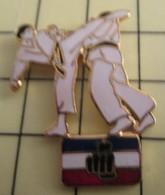 PIN1215b Pin's Pins / De Belle Qualité Et Rare : SPORTS : Grand Pin's FEET IN YOUR FACE KARATE - Judo