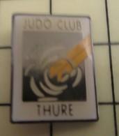 PIN1215c Pin's Pins / De Belle Qualité Et Rare : SPORTS : BAGARRES EN PYJAMA JUDO CLUB THURE Lututu - Judo