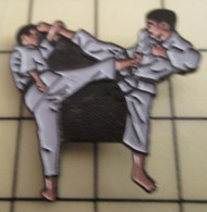 PIN1215c Pin's Pins / De Belle Qualité Et Rare : SPORTS : Tu Pues Des Pieds , Nan C'est Toi !!! KARATE BAGARRES EN PYJAM - Judo