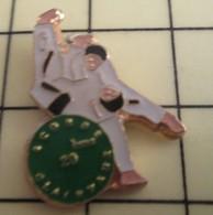 PIN1215c Pin's Pins / De Belle Qualité Et Rare : SPORTS : BAGARRES EN PYJAMA JUDO Et Après , Au Dodo - Judo