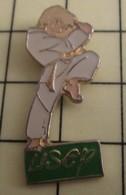 PIN1215c Pin's Pins / De Belle Qualité Et Rare : SPORTS : BAGARRES EN PYJAMA  USEP KARATE Coup De Genou Dans Les Bijoux - Judo