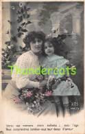 CPA JEUNE FILLE AVEC MERE COURONNE DE FLEURS RPPC REAL PHOTO POSTCARD MOTHER WITH CHILD GIRL FLOWER CROWN - Groupes D'enfants & Familles