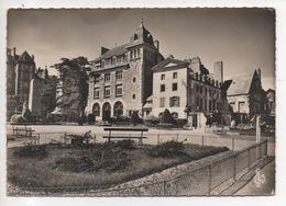 35.451/ ST MALO - La Poste Et Le Monument Aux Morts - Saint Malo