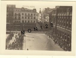 BELGIQUE BRUXELLES GARE DU NORD-10 AOUT 1930-ATTENTE DU CORTEGE DE L'OMMEGANG-PHOTO 9x6,5 Cms - Places