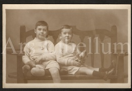 Photo Postcard / Foto / Photograph / Boys / Garçons / Photographer / The Novelty Studio / Plymouth / England - Photographie