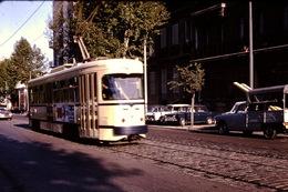 Photo Diapo Diapositive Train Tram Tramway à Marseille Simca 1000 Peugeot 404 En 1970 VOIR ZOOM - Diapositives