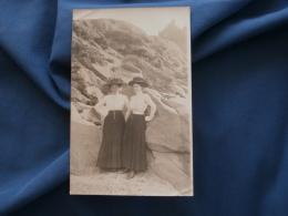 Carte Photo   Deux Femmes Au Pied D'une Falaise  Robes Identiques Et Grands Chapeaux - Circulée - L351 - Photographs