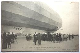 UN ZEPPELIN AU CHAMP DE MARS ( 3 AVRIL 1913 ) CENTRE ET AVANT - LUNÉVILLE - Aeronaves