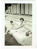 Foto/Photo. Pin Up Et Enfant à La Piscine. - Pin-Ups
