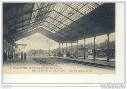LA ROCHE SUR YON LA GARE DES CHEMIN DE FER ET TRAIN CPA BON ETAT - Stations With Trains
