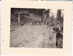 Foto Deutsche Soldaten Bei Straßenbefestigung - Osteuropa (?) - 2. WK - 5,5*4cm (33502) - Krieg, Militär